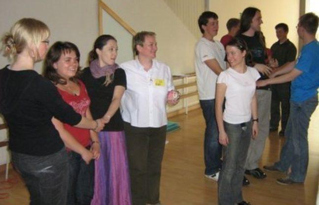 Na zdjęciu: pierwsza Prezes Fundacji Magis - Elżbieta Kowalik (czwarta od lewej), przygotowuje przyszłych wychowawców.